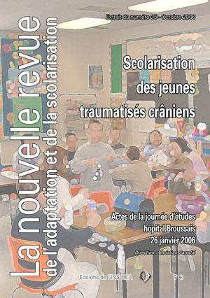 """Couverture de l'ouvrage """"Scolarisation des jeunes traumatisés crâniens"""". Le visuel est une photo de classe avec des élèves."""