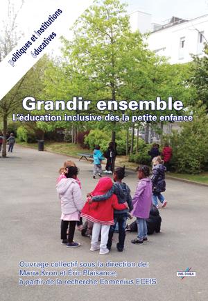 """Couverture de l'ouvrage """"Grandir ensemble"""" illustrée d'une photo d'une cour d'école avec des enfants jouant."""