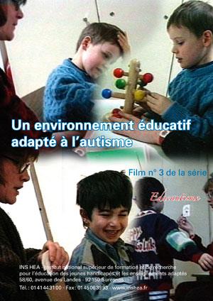 """Jaquette du film """"Un environnement éducatif adapté à l'autisme"""" illustrée par deux photos d'élèves avec autisme."""