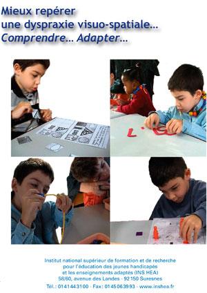 """Jaquette du film """"Mieux repérer une dyspraxie visio-spatiale. Comprendre… Adapter"""" illustrée par quatre photos d'élèves en situation d'apperntissage."""