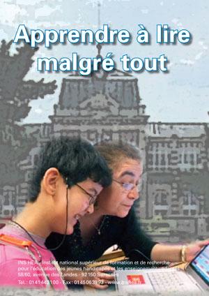 """Jaquette du film """"Apprendre à lire malgré tout"""" illustrée par une photo d'une enseignante et d'une élève devant un ordinateur."""