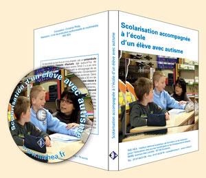 """Jaquette du film """"Scolarisation accompagnée à l'école d'un élève avec autisme"""" illustrée par une photo d'une élève avec son AVS dans une classe."""