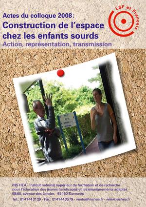"""Jaquette du film """"Construction de l'espace chez les enfants sourds"""", illustrée par une photo de deux enseignants dialoguant en LSF"""